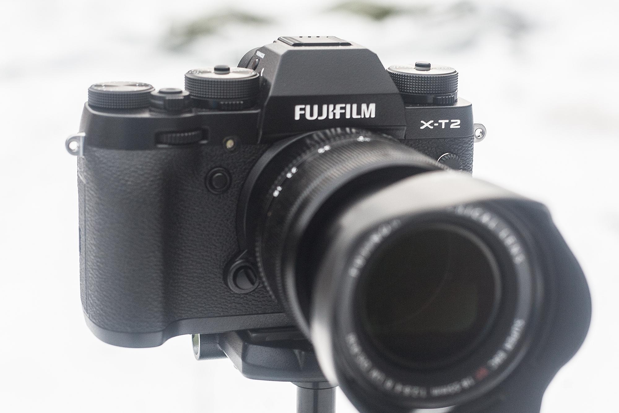 Kaamera käepide pakub head tuge ning selle kõrval olevat programmeeritavat nuppu on lihtne vajutada